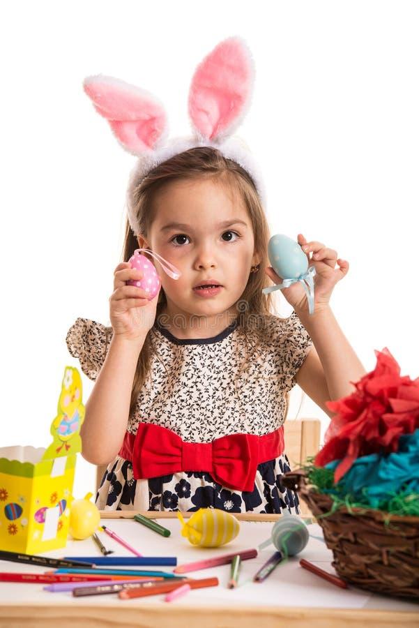 Menina que mostra ovos da páscoa fotografia de stock