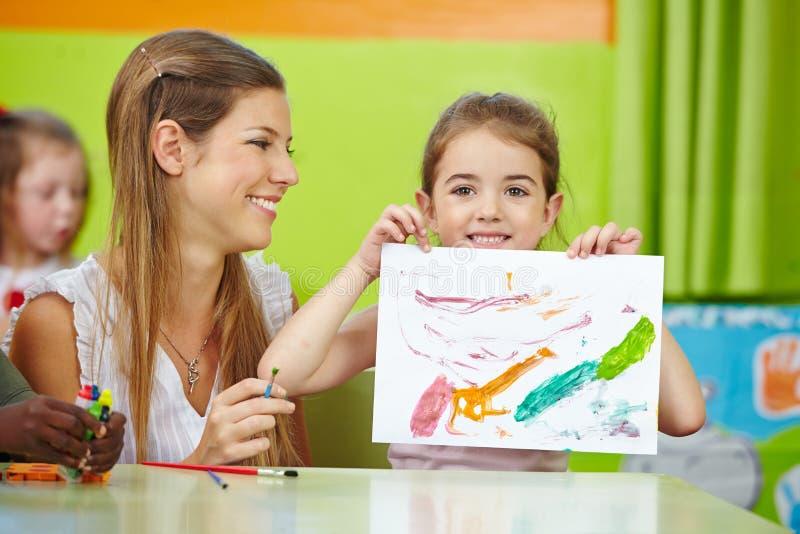 Menina que mostra a pintura tirada auto fotografia de stock