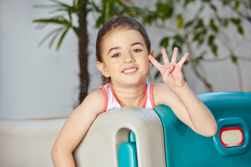Menina que mostra quatro dedos dela fotografia de stock