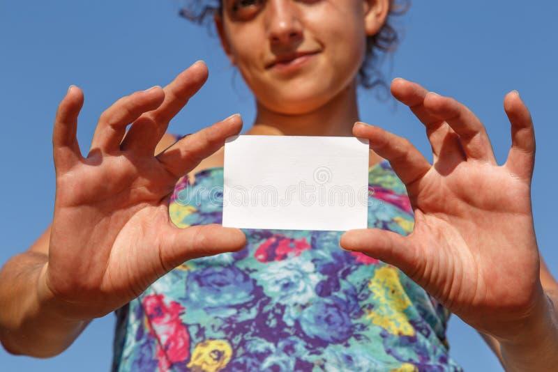 Menina que mostra um cartão vazio fotografia de stock