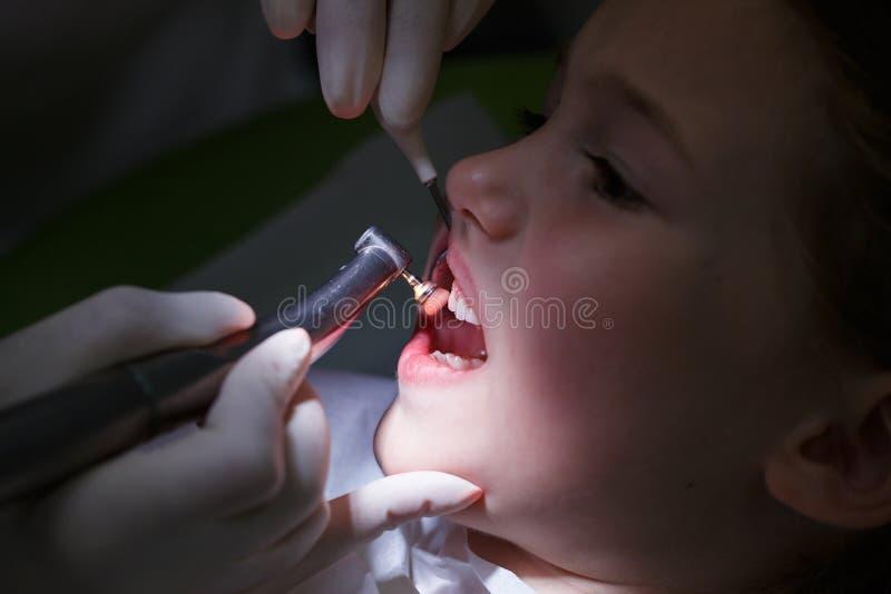 Menina que obtém seus dentes lustrados imagens de stock royalty free