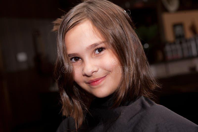 Menina que obtem um corte de cabelo fotografia de stock