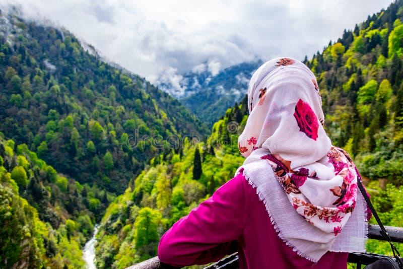 A menina que olha à paisagem wanderful do castelo de Zilkale imagens de stock royalty free