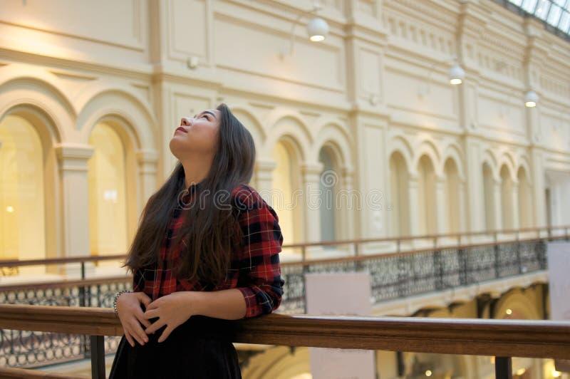 Menina que olha acima no balcão fotos de stock royalty free
