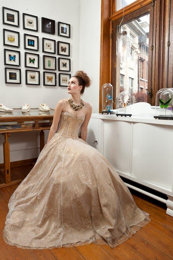 Menina que olha acima o vestido do vintage foto de stock