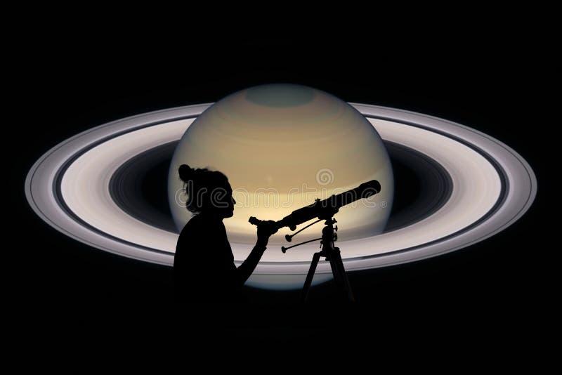 Menina que olha as estrelas com telescópio Planeta de Saturn fotografia de stock royalty free
