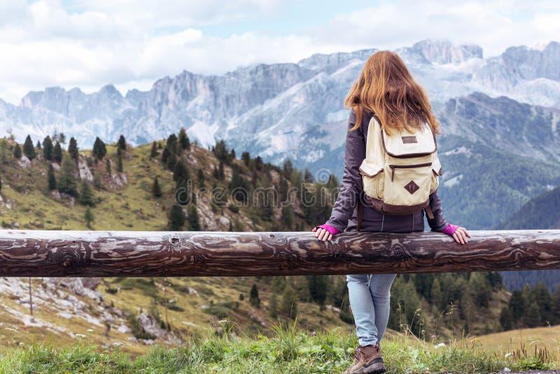 Menina que olha as montanhas imagem de stock