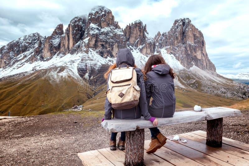 Menina que olha as montanhas imagem de stock royalty free