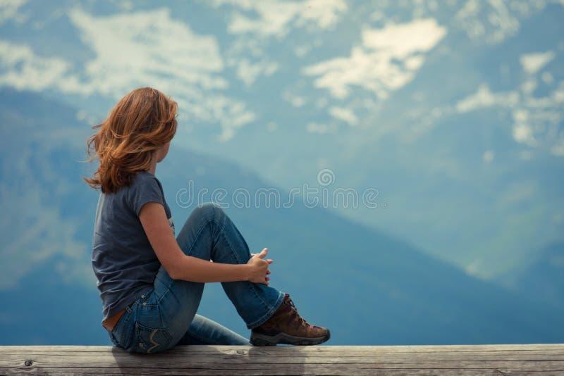 Menina que olha as montanhas imagens de stock royalty free