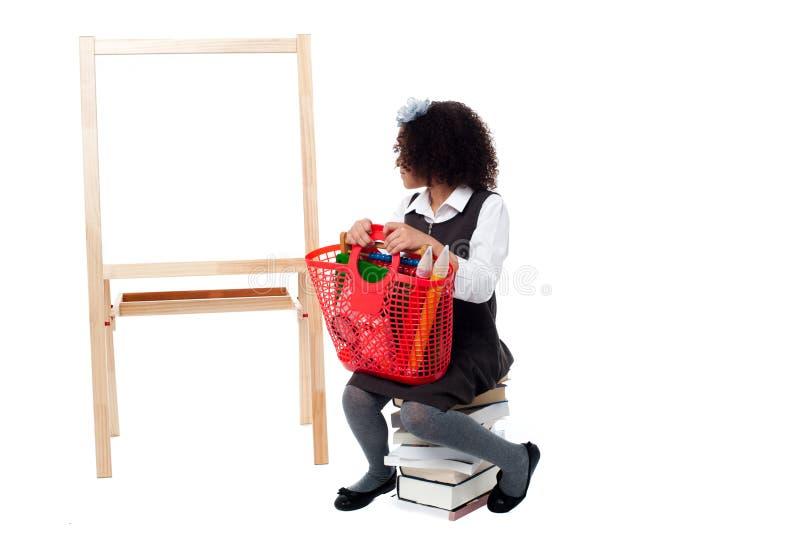 Menina que olha no whiteboard imagem de stock royalty free