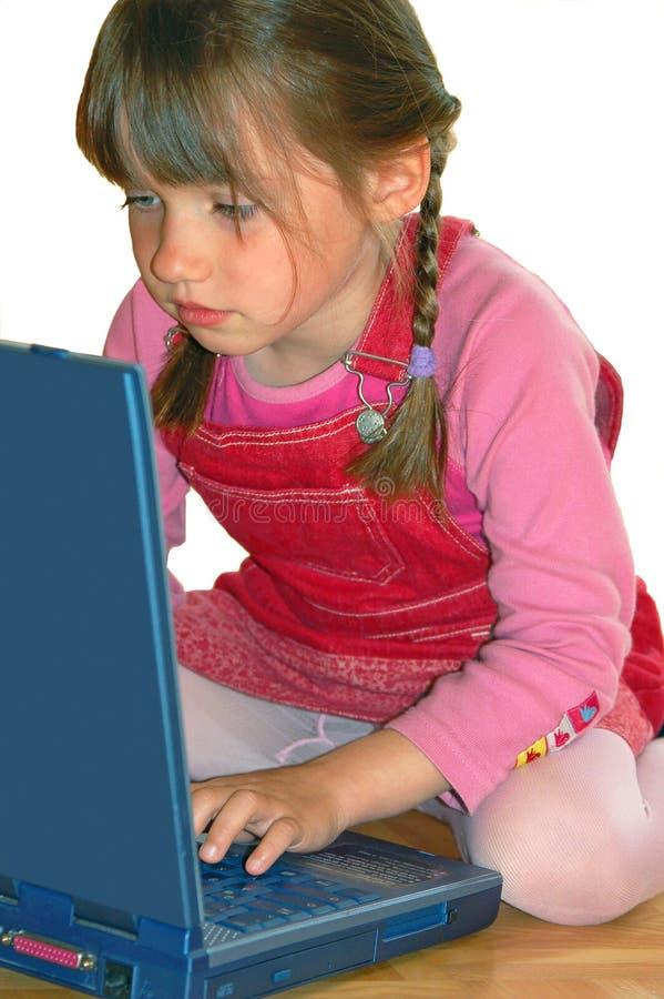 Menina que olha a tela preta foto de stock royalty free