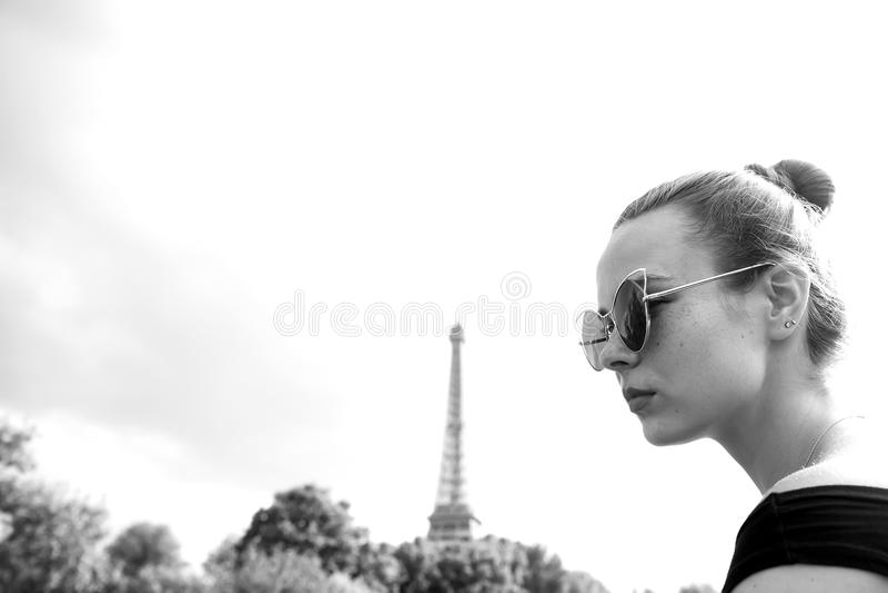 Menina que olha a torre Eiffel em Paris, França fotografia de stock