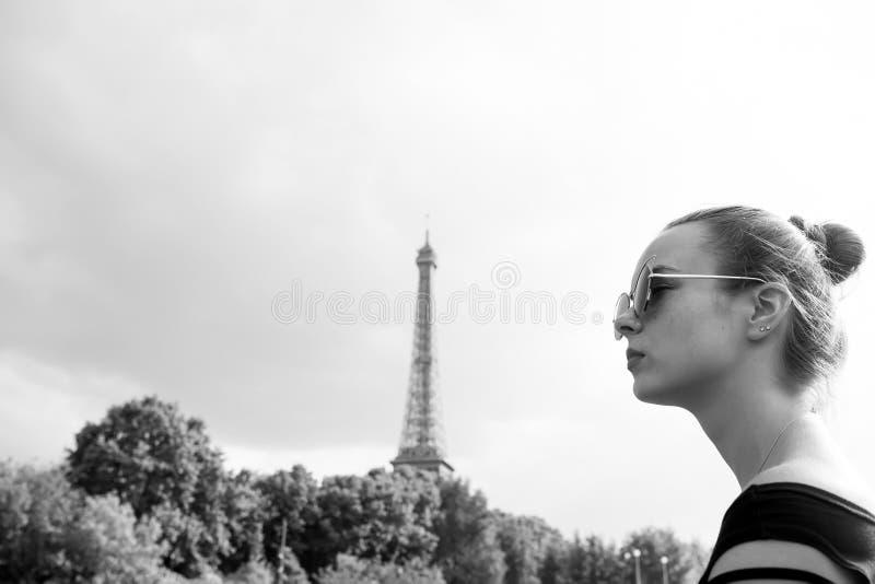 Menina que olha a torre Eiffel em Paris, França foto de stock royalty free