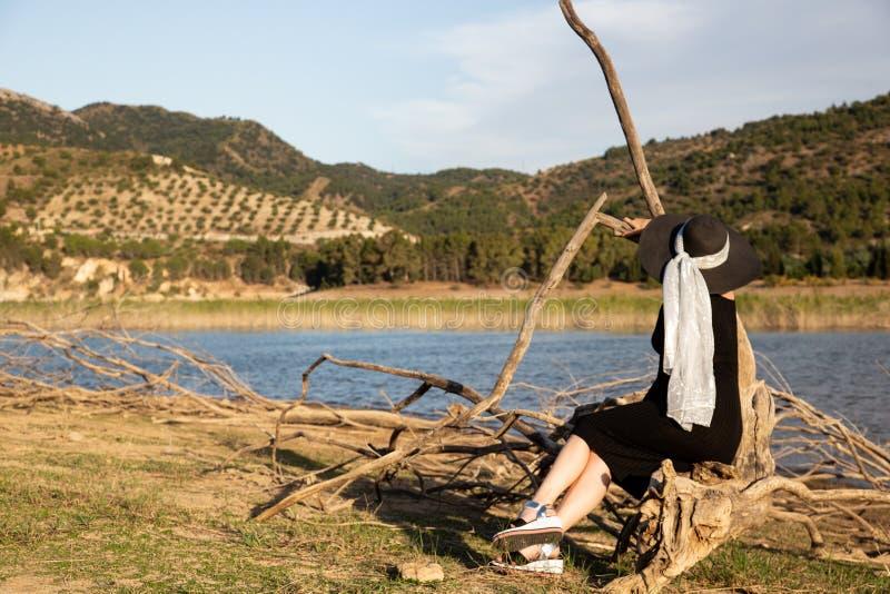 A menina que olhou para o lago azul fotografia de stock royalty free