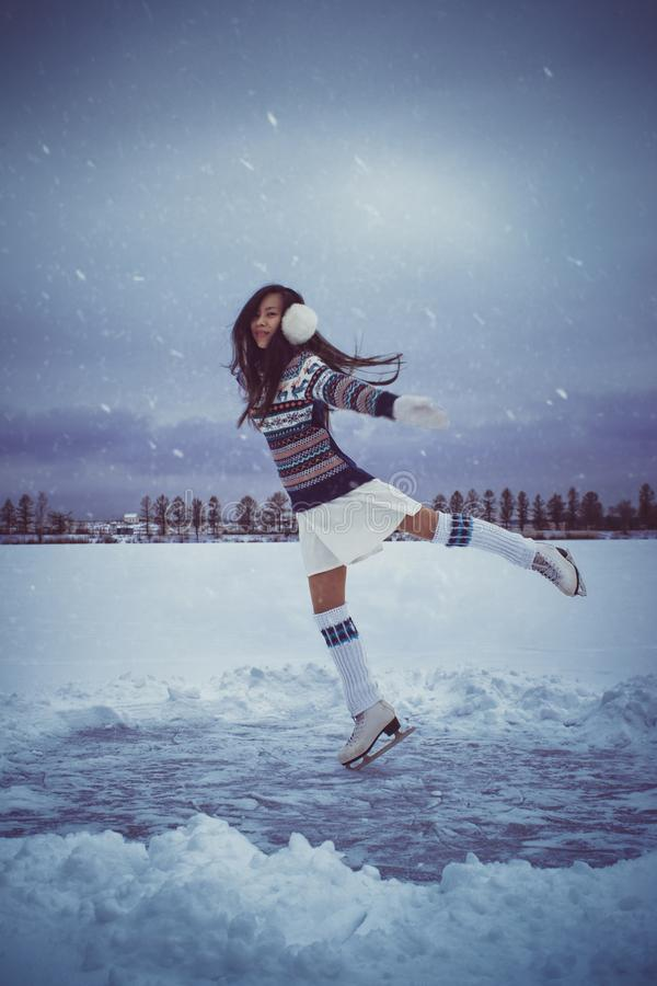 Menina que patina fora no inverno fotografia de stock royalty free