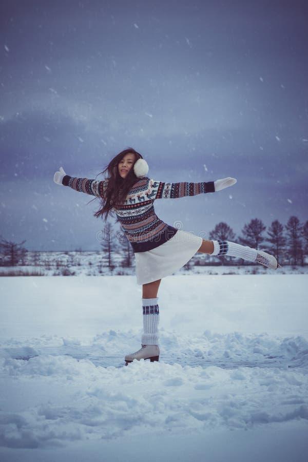 Menina que patina fora no inverno foto de stock royalty free