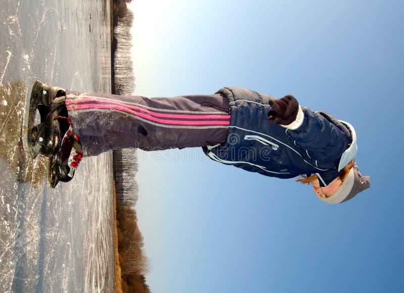 Menina que patina no gelo imagens de stock