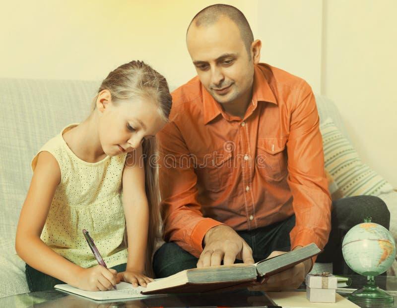 Menina que pede o pai a ajuda imagem de stock royalty free