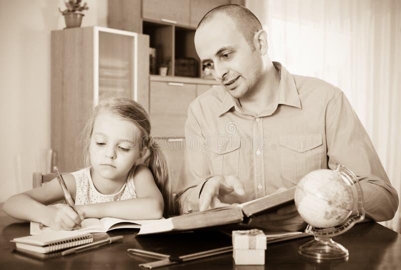 Menina que pede o pai a ajuda fotografia de stock royalty free