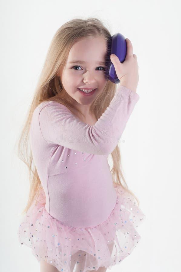 Menina que penteia o cabelo fotografia de stock royalty free
