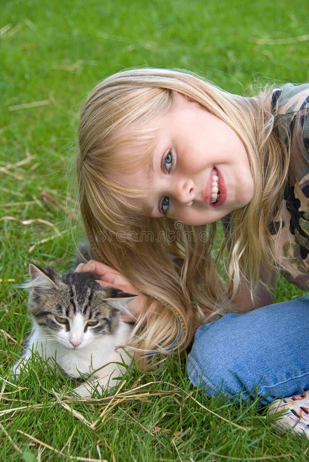 Menina que petting o gatinho foto de stock royalty free