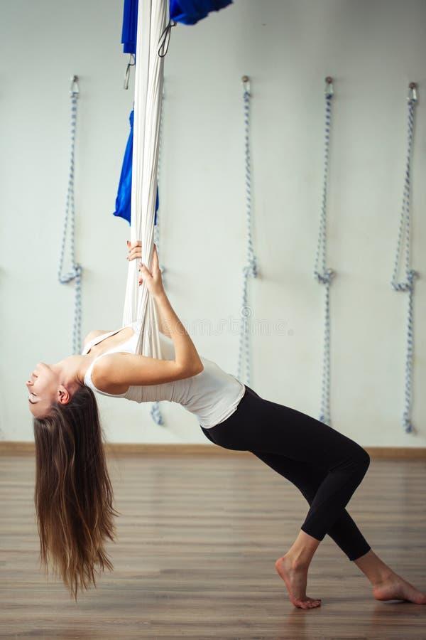 Menina que preapring para a ioga aérea que pratica - anti gravidade com scarves imagens de stock
