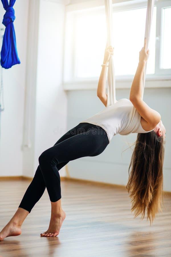 Menina que preapring para a ioga aérea que pratica - anti gravidade com scarves fotografia de stock