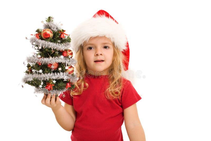 Menina que prende a árvore de Natal decorada pequena foto de stock