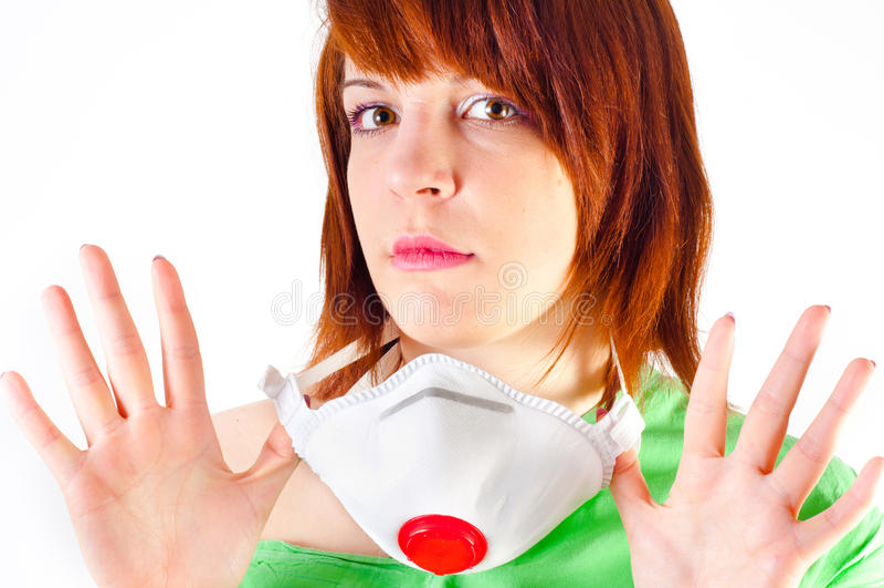 Menina que prende a máscara protetora foto de stock royalty free