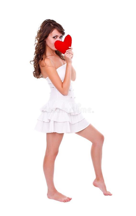Menina que prende o coração vermelho fotografia de stock