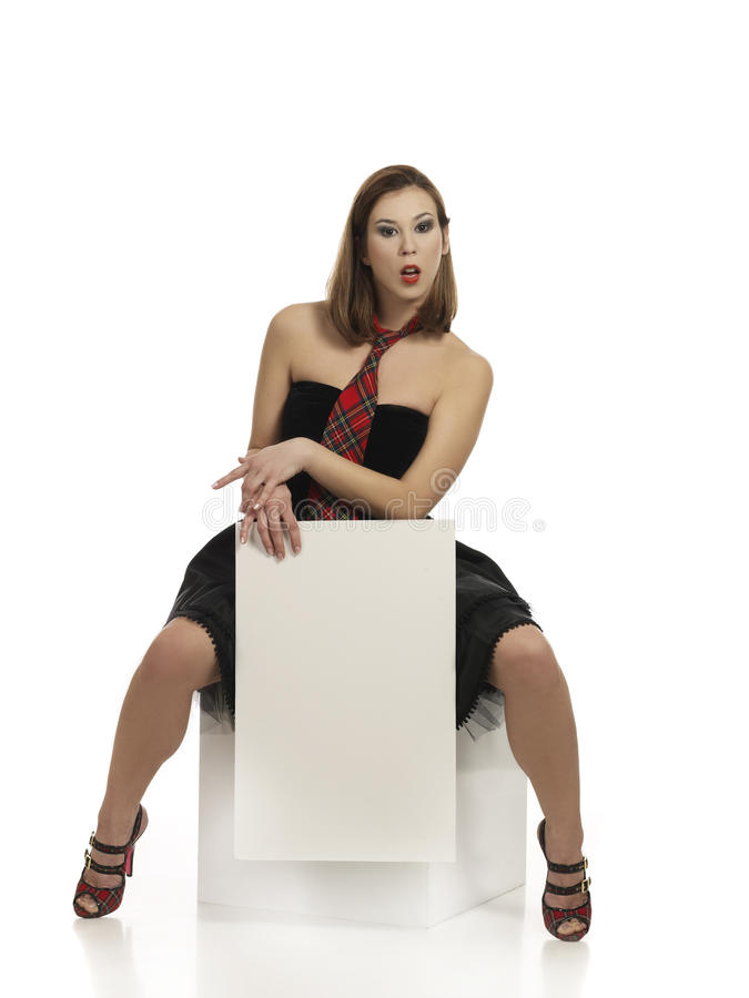 Menina que prende a placa branca em branco fotografia de stock royalty free