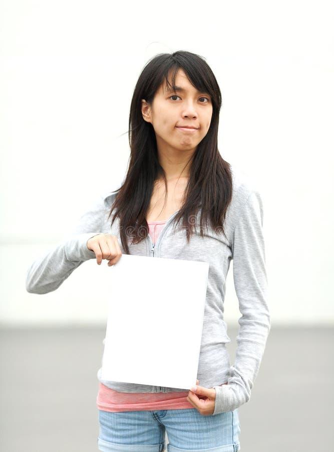 Menina que prende a placa branca vazia foto de stock royalty free