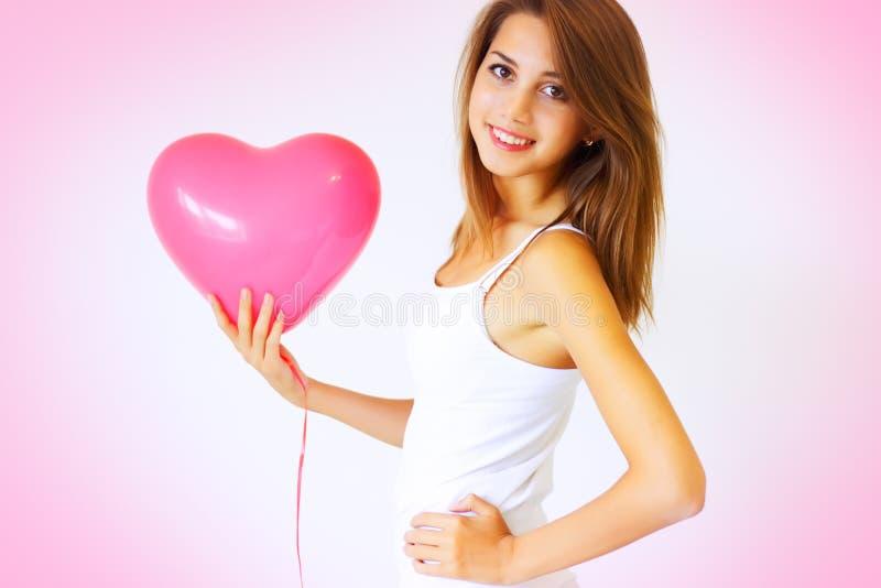 Menina que prende um grande coração foto de stock royalty free