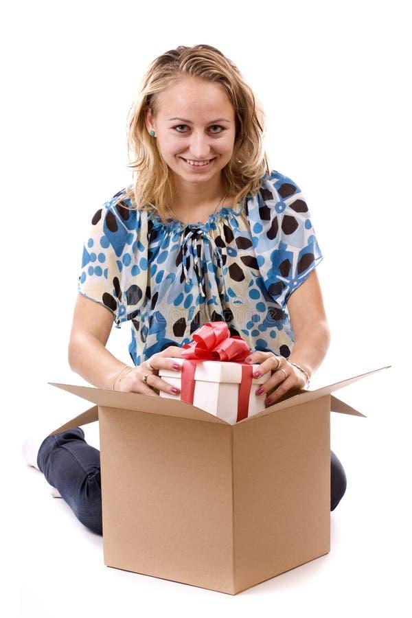 Download Menina Que Prende Um Presente Imagem de Stock - Imagem de adulto, luxo: 16850835