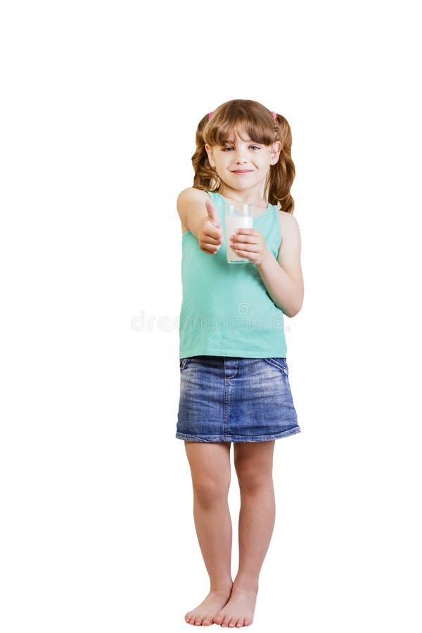 Menina que prende um vidro do leite imagem de stock