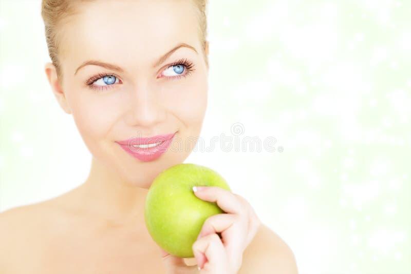 Download Menina Que Prende Uma Maçã Verde Imagem de Stock - Imagem de eyed, face: 16857873