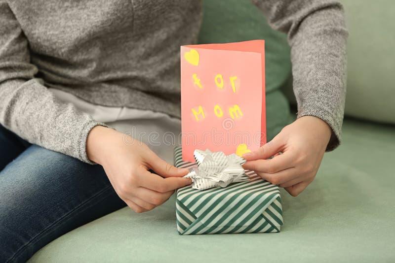 Menina que prepara presentes para a mãe em casa, close up foto de stock royalty free