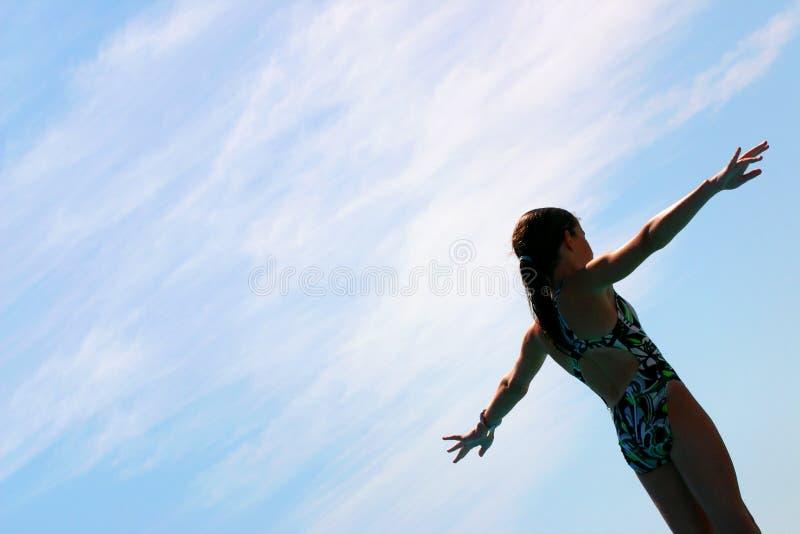 Menina que prepara-se para mergulhar na associação foto de stock