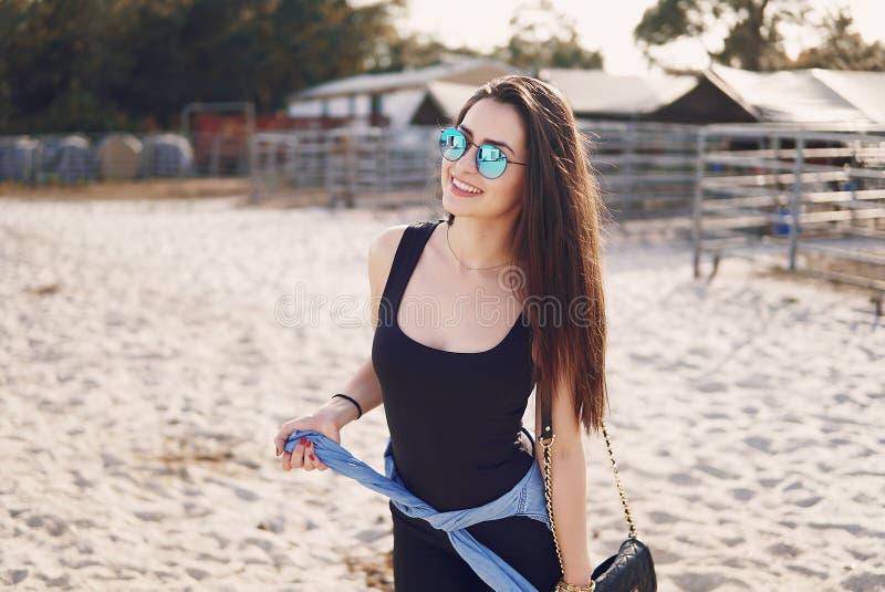 Menina que prepara-se para montar um cavalo fotos de stock royalty free