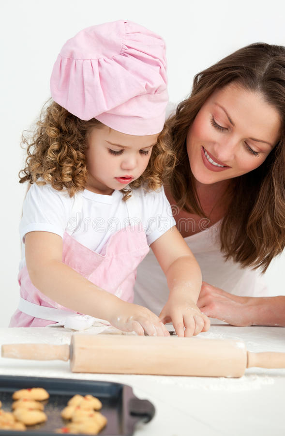 Menina que prepara uma massa de pão com sua matriz fotografia de stock royalty free