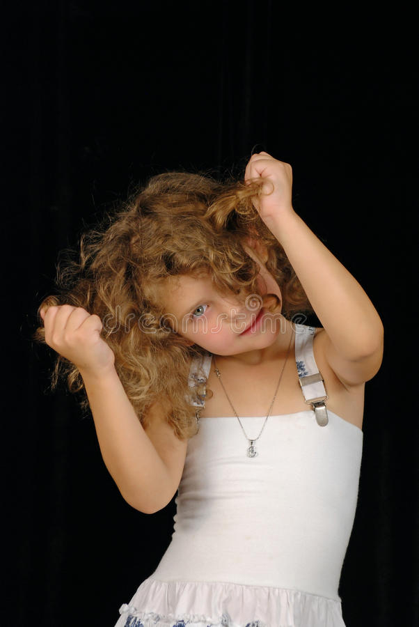 Menina que puxa o cabelo fotografia de stock