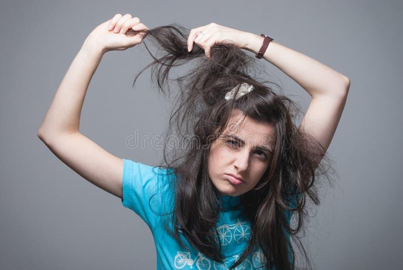 Menina que puxa seu cabelo fotografia de stock royalty free