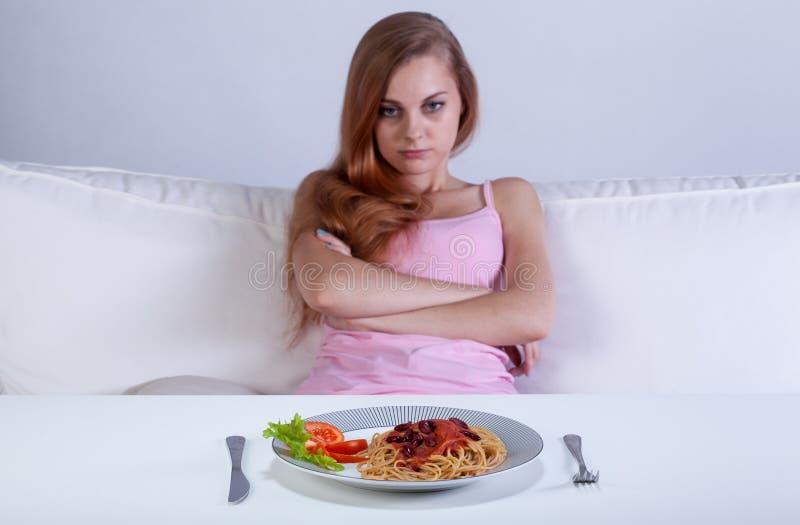 Menina que recusa comer o jantar fotos de stock