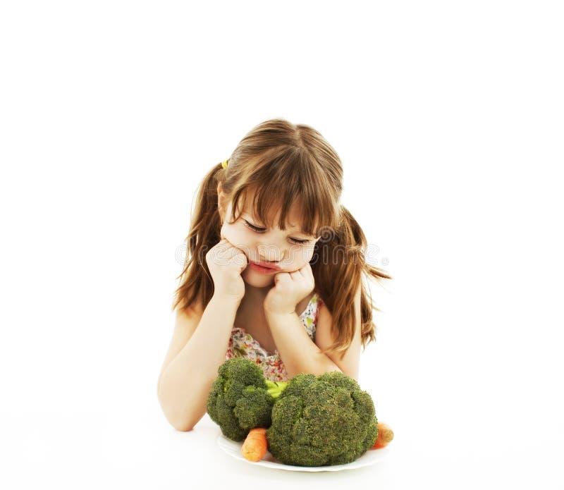Menina que recusa vegetais imagem de stock royalty free