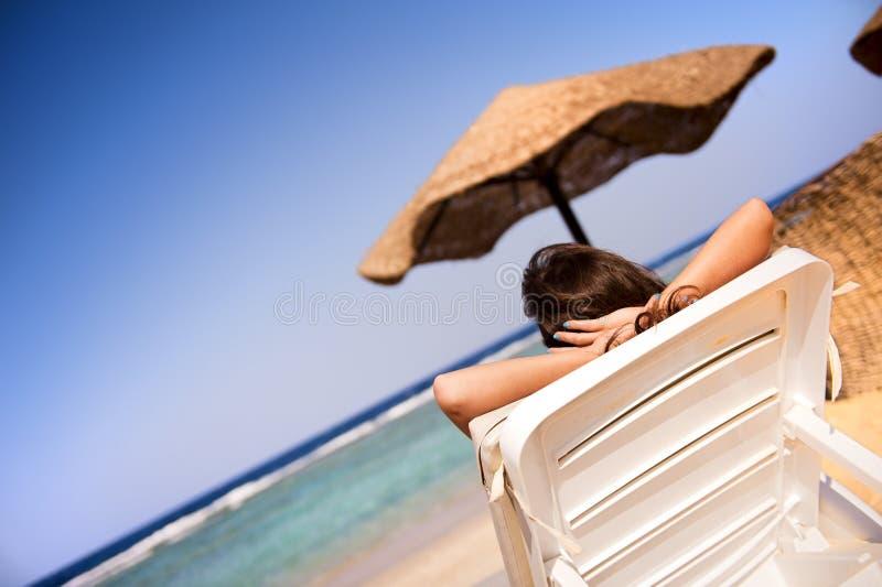 Download Menina que relaxa imagem de stock. Imagem de horizonte - 16869493