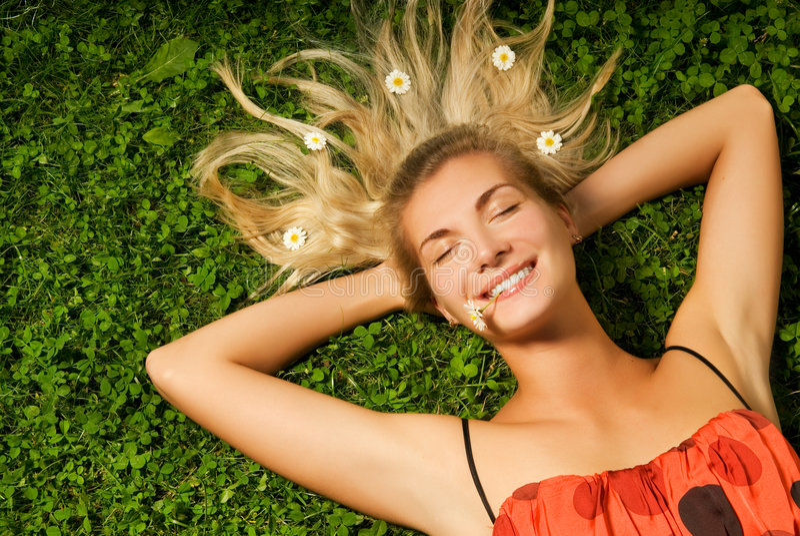 Menina que relaxa em um prado fotografia de stock royalty free