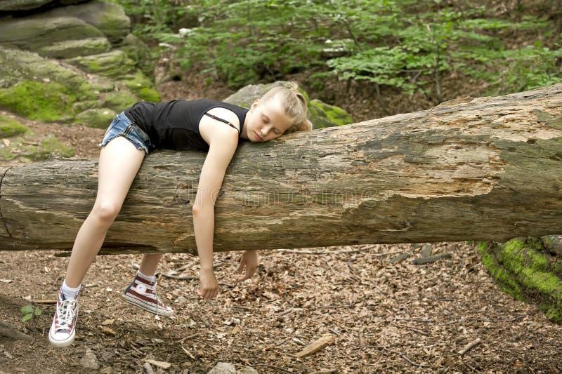 Menina que relaxa na floresta fotografia de stock royalty free