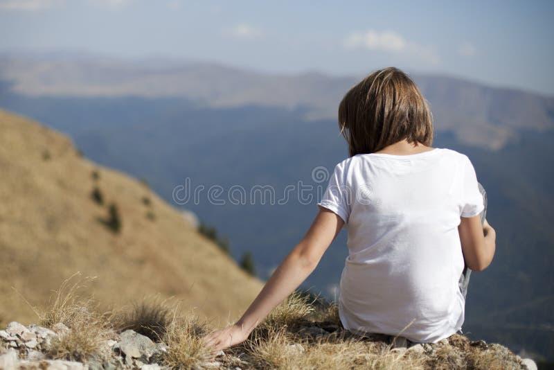 Menina que relaxa na natureza foto de stock royalty free