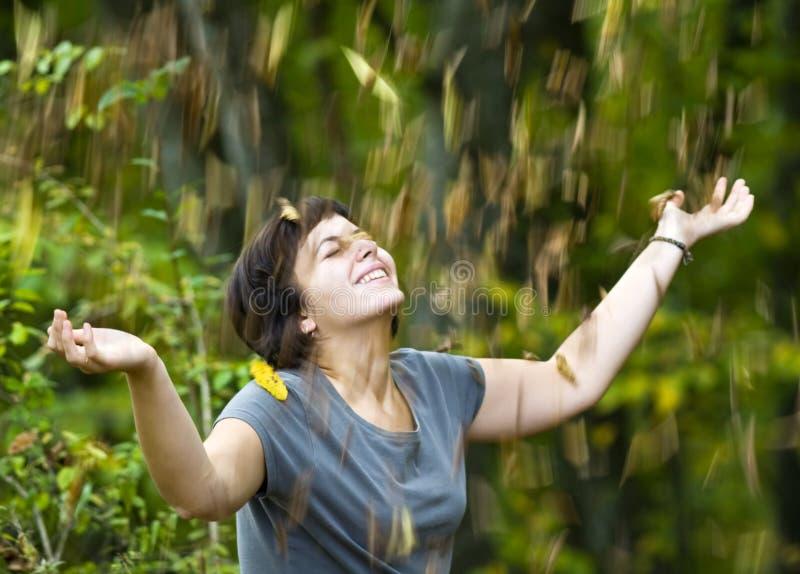 Menina que relaxa no parque do outono fotos de stock royalty free