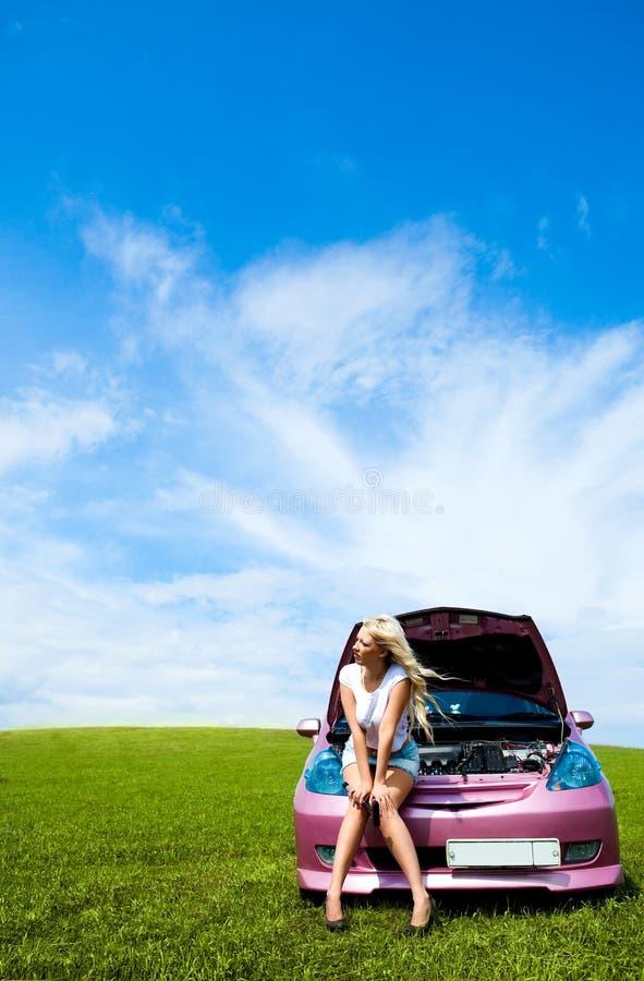 Menina que repara o carro imagem de stock royalty free